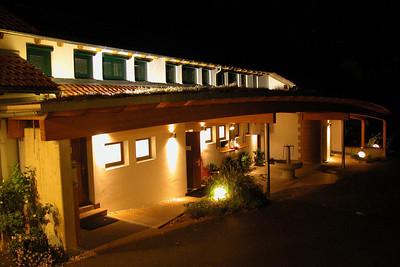 Sanitärbau Aussenansicht Nacht mit Beleuchtung; LED-Strahler für runde Sandsteinwand mittlerweile vorhanden.