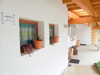 Sanitärbau Fensterschmuck unter Bogendach