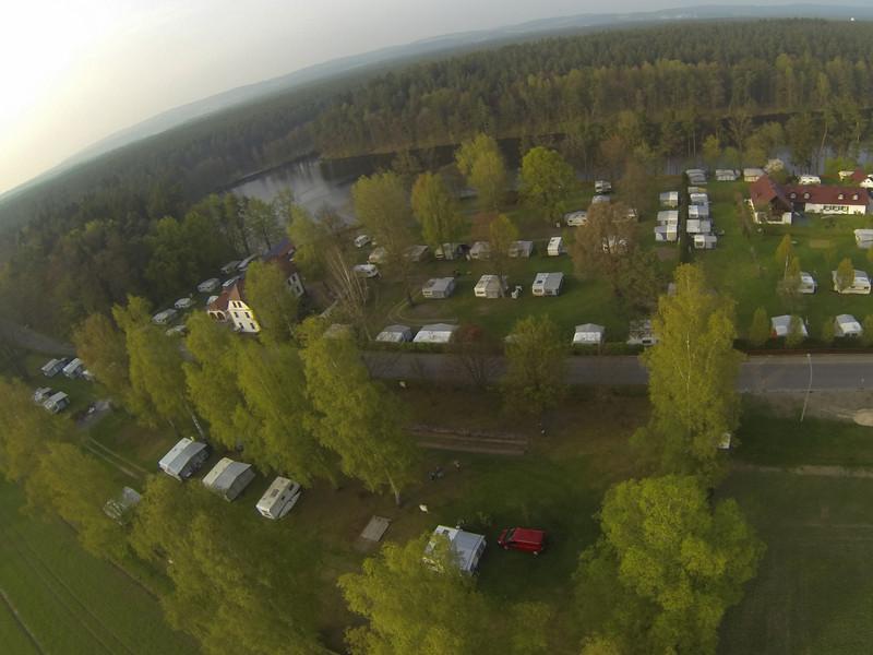 von Süden<br /> die Bäume rechts mit dem Zaun in der Verlängerung sind die Grenze zum Nachbarplatz. Blick bis zur Weichselbrunnerbrücke links oben.<br /> 20130501_1848_G0010064
