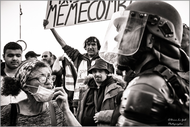 « Plus de fermeté » et plus de « contacts avec les manifestants », telles sont les grandes lignes  de la  politique française en matière de maintien de l'ordre, depuis le milieu des années 2000.  Alors qu'en Europe, la doctrine générale est celle de la désescalade de la violence, on assiste depuis le début du mouvement des Gilets jaune à une répression policière inédite souvent spectaculaire et brutale.  Dans les grandes villes, en particulier, la surenchère répressive du gouvernement réussit à sensibiliser des Gilets jaunes des zones rurales aux violences policières. Alors qu'ils sont souvent              « primo manifestants » et qu'une grande partie d'entre eux condamnent les violences sur les personnes et les biens, l'action des policiers suscite incompréhension, indignation, appréhension et, dans certains cas, elle nourrit l'hostilité à l'égard des forces de l'ordre.<br /> <br /> Paris, Février 2019.