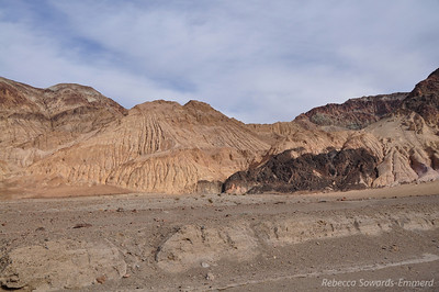 Shortly after leaving the dead end parking, we see some interesting colors and patterns in the hills around us.