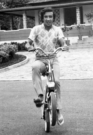 Victor Valente na kinga em frente a' casa do Dr. Santos David