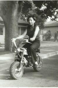 Paula  Botelho na mota do Jorge Viegas