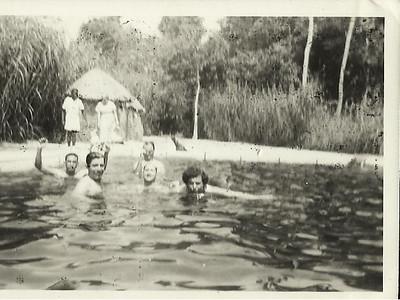Piscina do Lovua - 1954 Manuel Coelho e Ivone Coelho em 1* plano Vanda Lourenco e avo' ao fundo