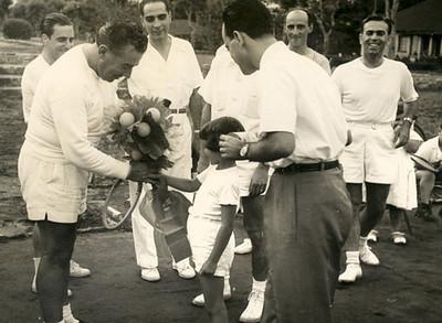 Rosendo recebendo flores