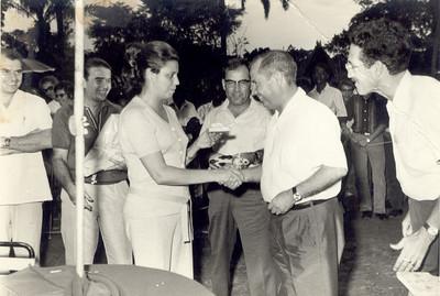 Dr. Saramaga recebendo prémio Braziel, Sra. do director geral Jorge Viegas, eng. Faria, Dr. Saramaga, Carreira