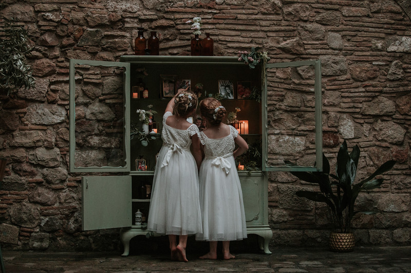 "<div style=""text-align: center;padding: 0px 0px 0px 0px;font-size:13px; font-family:arapey; letter-spacing:2px; line-height: 23px;"">Destination wedding photographer  <br> Barcelona, Spain </div>"