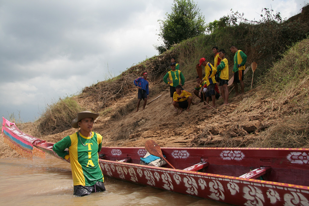 On the coming weekend, I attended one of the local village races.  The Tha Phra team was ready to compete; they had their game faces on and were dressed in their green and gold 'Tia' uniforms.