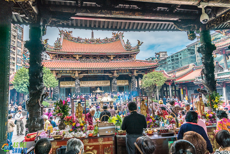 Interior courtyard at Longshan Temple, crowded by worshippers because it was an important day of worship