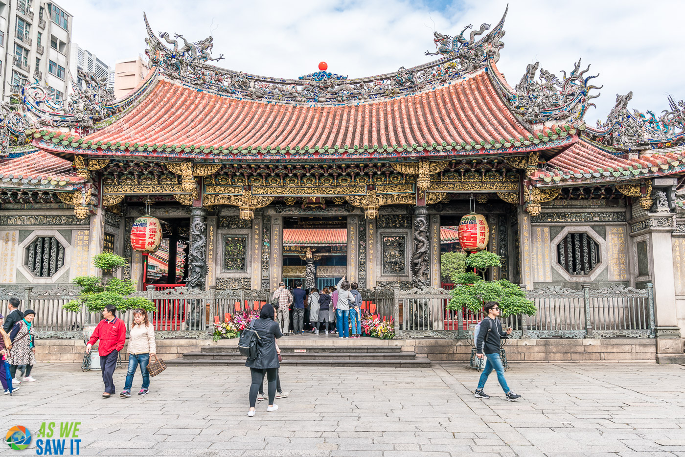 Front entry courtyard to Longshan Temple