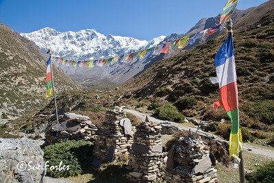 Chulu West with chortens in the foreground, near Gunsang, Annapurna circuit, Nepal