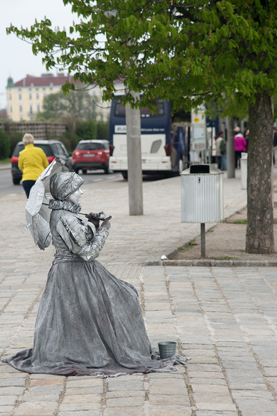 Street artist outside the Schönbrunn Palace, Vienna, Austria.