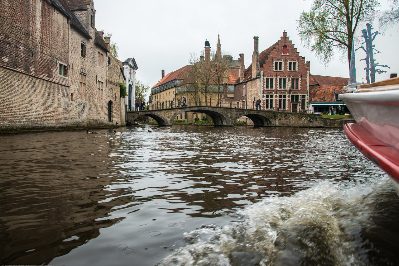 Bruges by boat<br /> <br /> Everyone, who visites Bruges, the Venice of the North, is sure to make a boat-trip on its famous canals. The embarcation point is situated in the heart of the beautiful surroundings. Boat-trips take about 30 minutes and gets to see beautifull places buildings from a view that you can only see by boat.