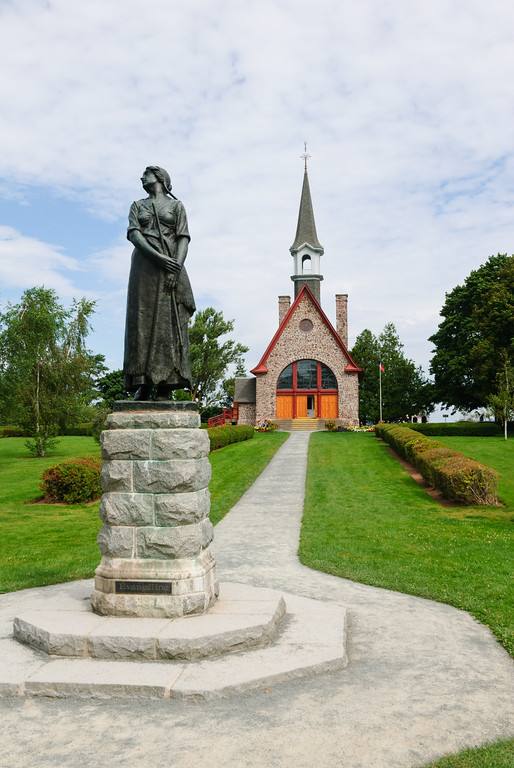 Statue of Evangeline in front of the commemorative church at Grand-Pré