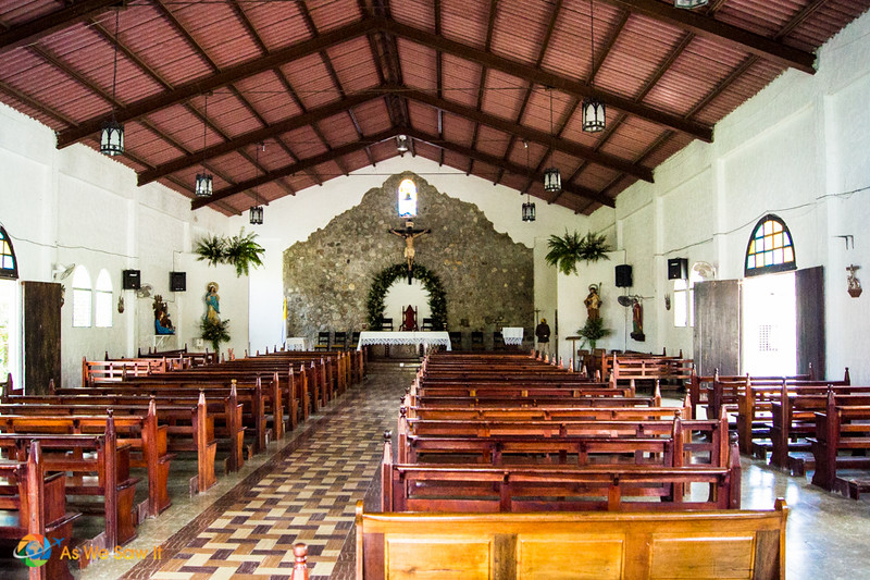 The sanctuary of El Valle's catholic church, as seen from the doorway