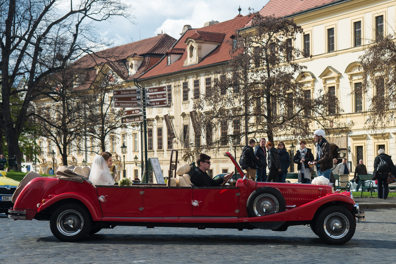 Prague Castle is a popular destination for newly weds both for wedding photography and to go around in the old vintage cars. Prague, Czech Republic.