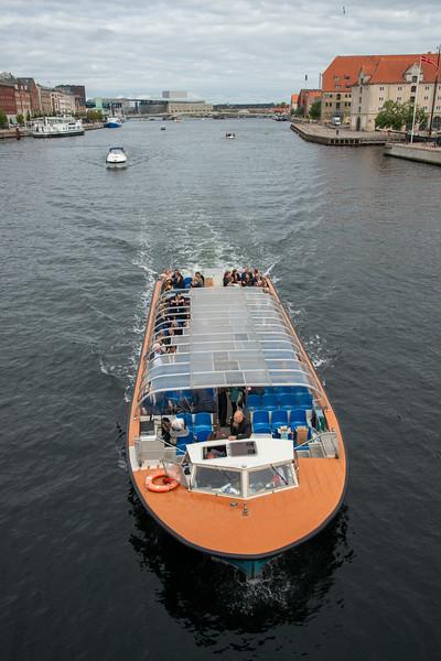 Boats going under Knippels Bridge, Knippelsbro, Copenhagen, København, Denmark