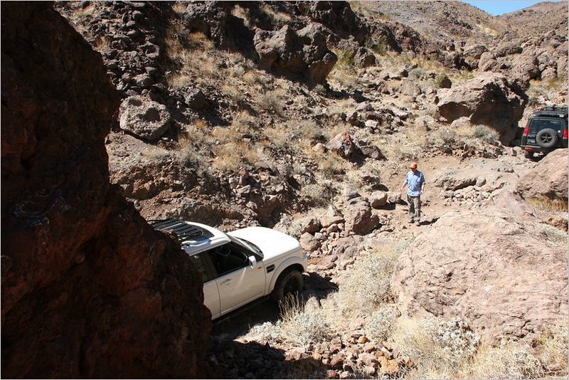 Nathan's LR3 navigating through the rocks