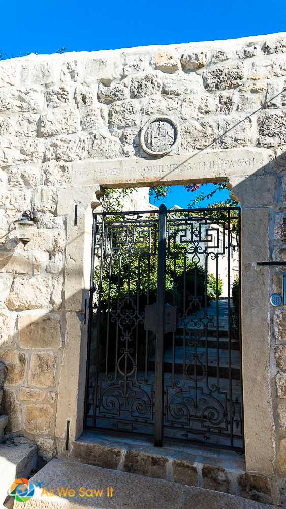 Cavtat gated entryway