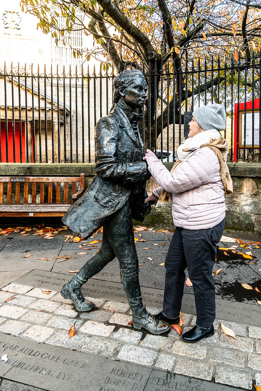 Linda dances on the street with Robert Fergusson... Statue.