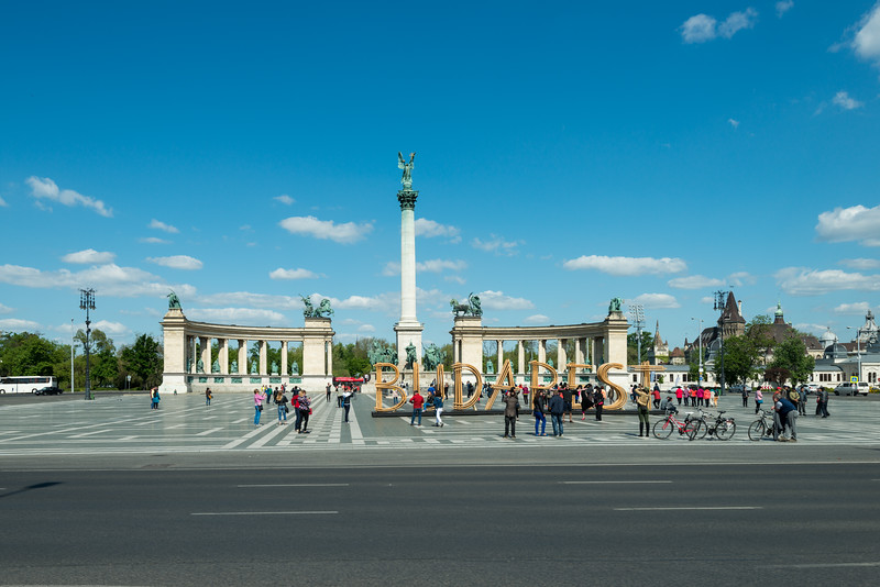 Millenniumi emlékmű. Hősök tere (Heroes' Square) is one of the major squares in Budapest, Hungary, noted for its iconic statue complex featuring the Seven Chieftains of the Magyars and other important national leaders, as well as the Tomb of the Unknown Soldier.