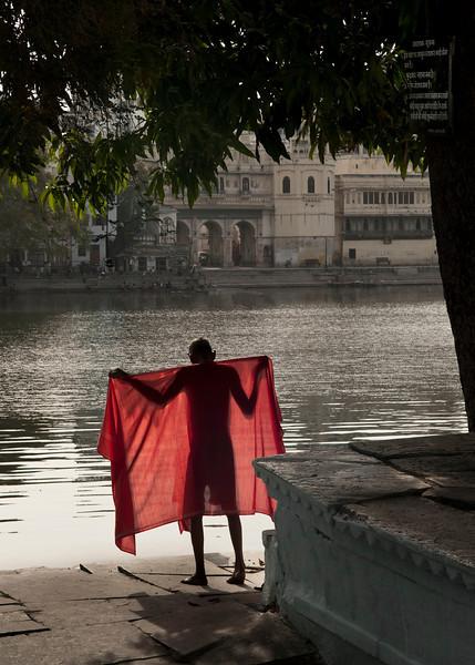 Man drying himself after having bathed in lake picola.<br /> <br /> Udaipur, Rajasthan, India, 2011.