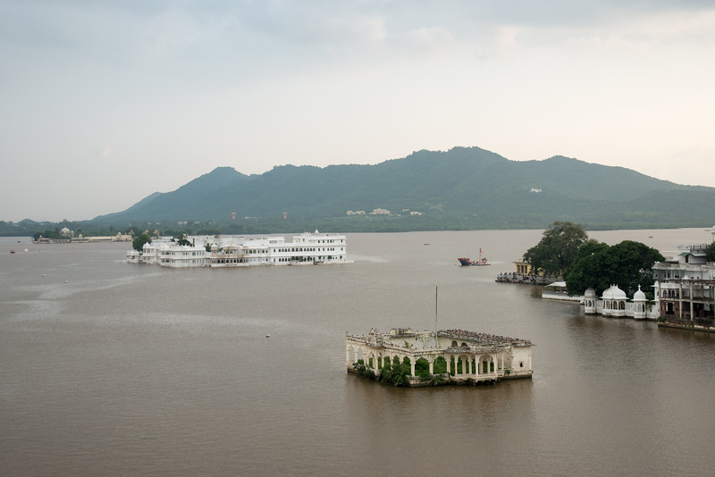 Elevated view of Taj Lake Palace Hotel on the Lake Pichola, Udaipur, Rajasthan, India.