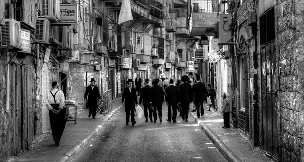 When you walk along the main commercial street you can hear English, French, Hebrew, Yiddish and even Spanish. Some of the current residents have arrived within recent years and others, the most orthodox and members of a small anti-Zionist group, refuse to speak Hebrew. They don't recognize the State of Israel and, therefore, they don't acknowledge its official language. They are not a majority but they do make their mark.  Unlike other neighbourhoods of Jerusalem and Israel, Mea Shearim doesn't display Israeli flags on windows or doors. The symbol that marks the neighborhood is Judaism, not nationalism. Book stores are fully devoted to religion. Jewish crafts and kosher food are available. Clothing stores offer little variety, most of the clothes are black and look the same.