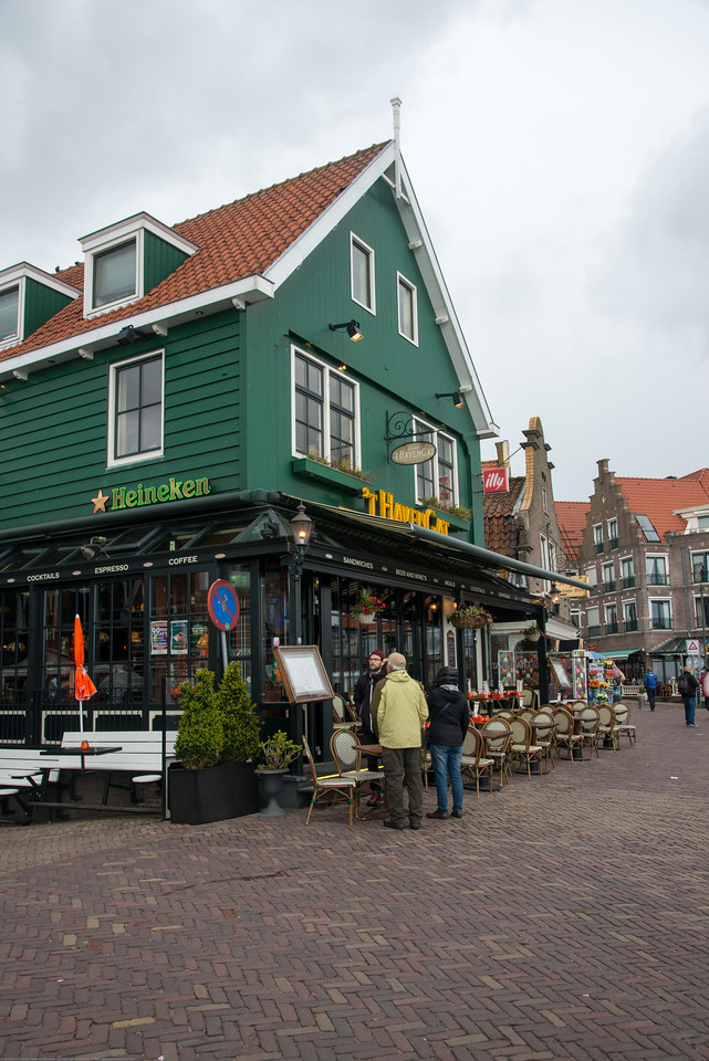 't Havengat bistro in Waterland, located in the beautiful harbor of Volendam with the Heineken sign. Shops and restaurants at waterfront, Volendam, Netherlands near Amsterdam.