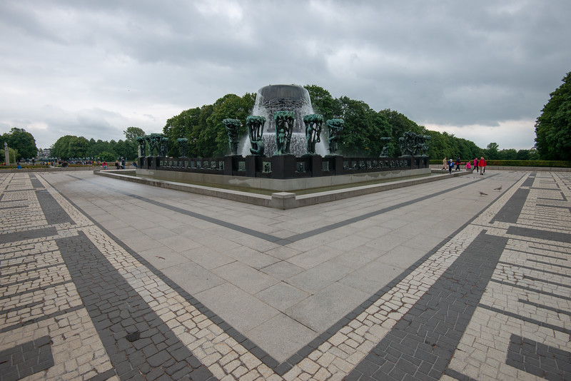 Fontanna Vigelandsparken, The Great Fountain in Vigeland Sculpture Park, Vigelandsparken. <br /> Sculpture park & museum displaying the works of Gustav Vigeland.<br /> <br /> The fountain is a fountain modeled as a monumental sculpture group in bronze by Gustav Vigeland and placed as one of the main units along the main axis of the Vigeland plant in Frogner Park in Oslo. The fountain itself was modeled in 1909 and got its final space and shape in 1924. The monument includes a fountain that depicts six giants carrying a huge bowl on a shelf in a pool . The pool cart has 20 groups with human figures under the crowns and bronze slips along the outer sides. Oslo, Norway.