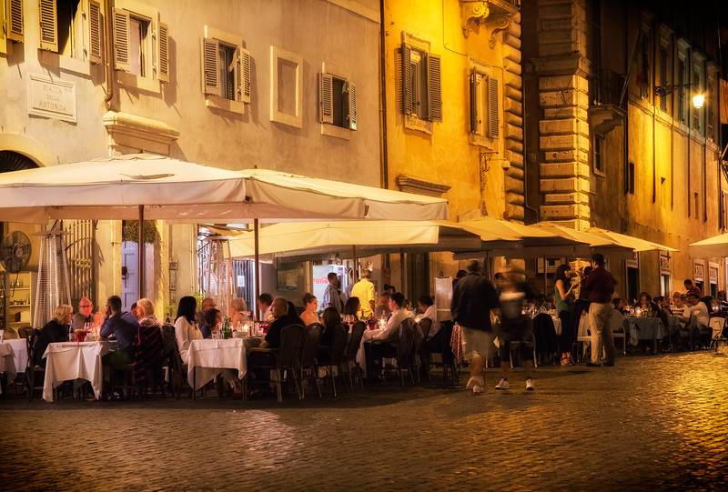 Piazza della Rotonda in front of the Roman Pantheon