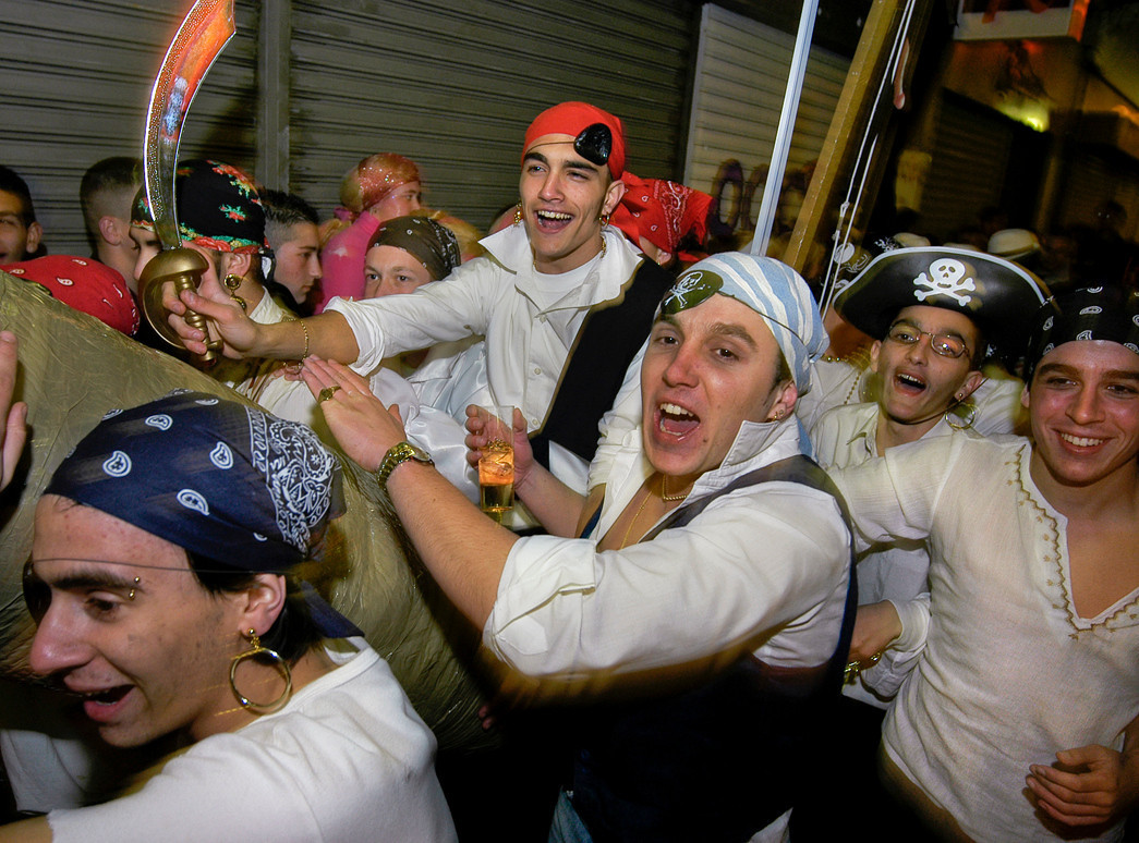 Group of friends dressed up as pirates during the carnival in La Linea de la Concepción.<br /> <br /> Cadiz, Andalucia, Spain.