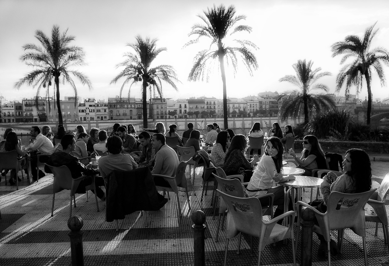 Young people having a drink by the Guadalquivir river.<br /> <br /> Sevilla, Spain, 2011.
