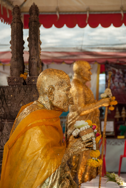 Wat Intharawihan (หลวงพ่อโตวัดอินทรวิหาร), Bangkok, Thailand. Temple dating to the 14th or 15th century, notable for its 32-meter-high gold Buddha statue. or Wat Intharavihan is a wat located in the Phra Nakhon District of Bangkok, Thailand. The temple dating to the 14th or 15th century, is notable for its 32-meter-high gold Buddha statue.