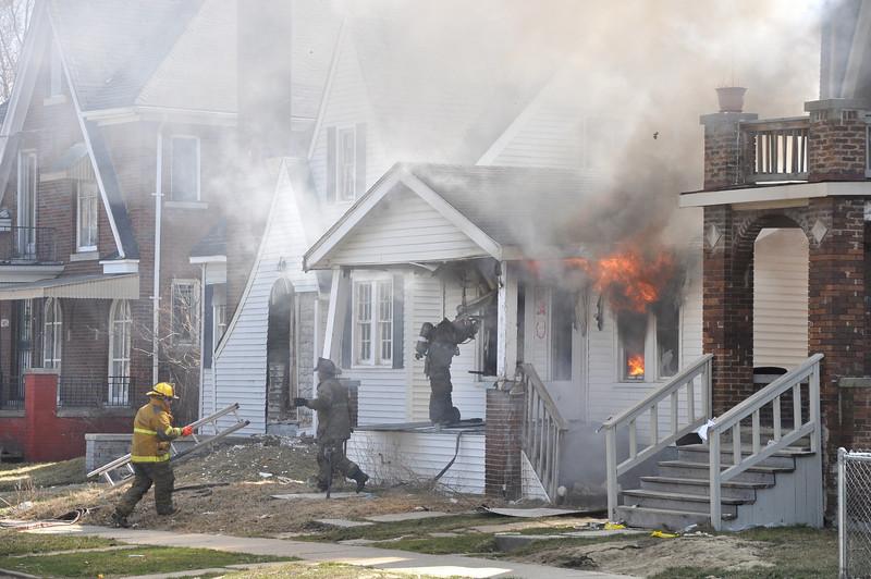 Detroit Dwelling Fire-3/27/10-Findlay & Dresden-11:55 AM-E50, L23, Chief 9.
