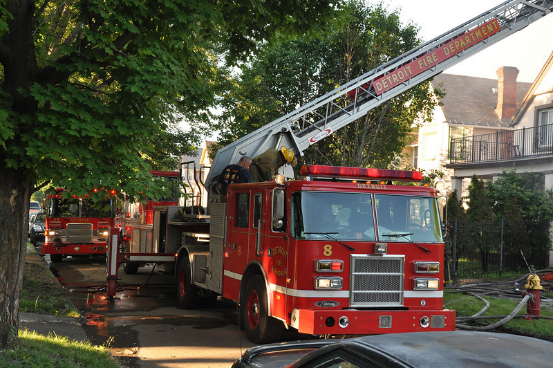 Ladder 8 operating @ a box alarm at Toledo & Morell