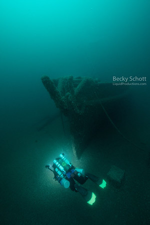 Swimming to the bow of the wreck