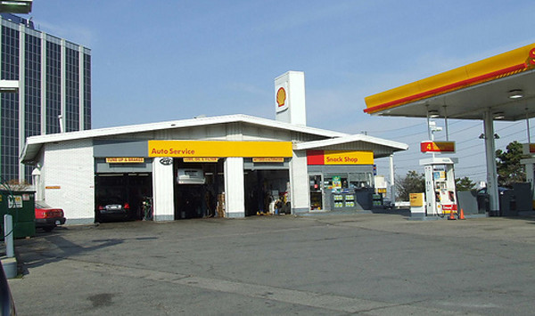 The ranch-style Shell prototype was the most common design for Shell gas stations in North America during the 1950s. Image courtesy of ShopKoFan at http://www.amesfanclub.com/forum/index.php?topic=2908.0