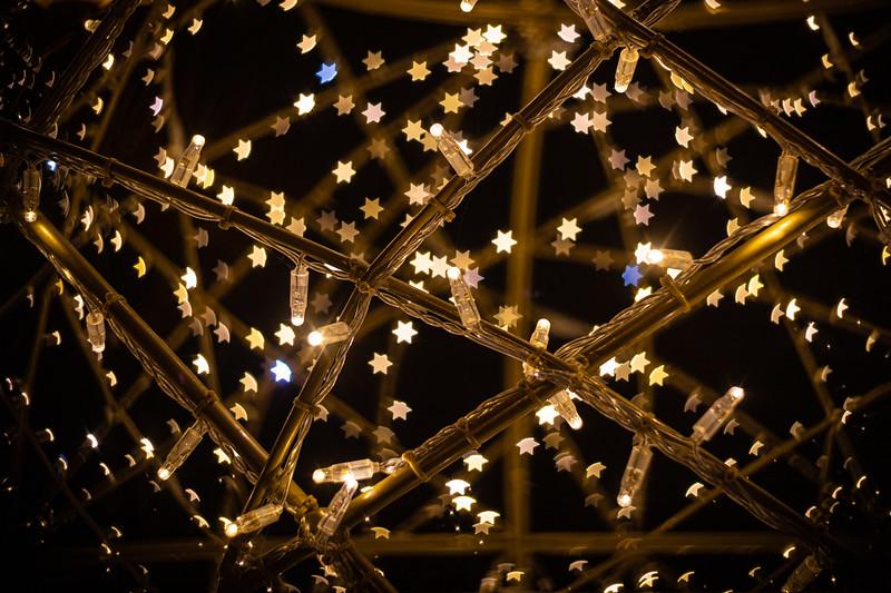 Lichtobject kerstbal aan het Broederenplein