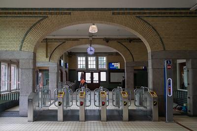 Stationshal - met de OV-poortjes