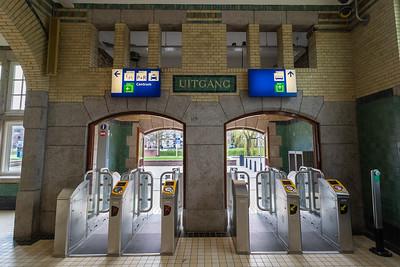 Stationshal - In- en uitgang met OV-poortjes