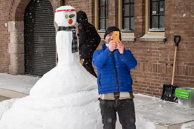 Trotse eigenaar maakt een selfie met sneeuwpop