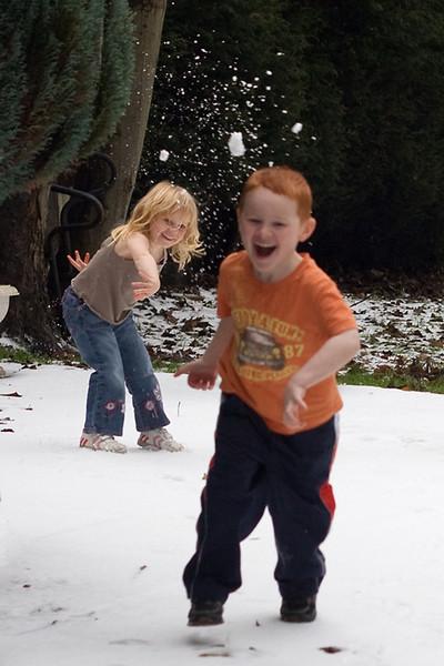 MrsCue - Snowball Fight!