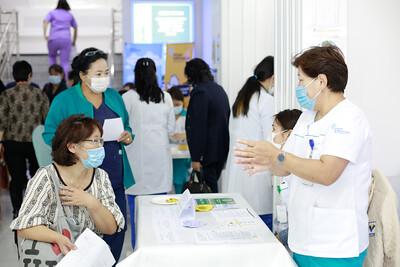 """2020 оны есдүгээр сарын 17. Улсын Хоёрдугаар төв эмнэлэг Дэлхийн үйлчлүүлэгчийн аюулгүй байдлын өдөрт зориулж """"Үйлчлүүлэгчийн аюулгүй байдлын 6 зорилт""""-ын хүрээнд өдөрлөг зохион байгууллаа.   Өдөрлөгийн үеэр УХТЭ-ийн Амбулаторийн тасгийн эрхлэгч Б.Гантулга мэдээлэл өгөхдөө """"Өнөөдөр Дэлхийн үйлчлүүлэгчийн аюулгүй байдлын өдөр тохиож байна. УХТЭ нь Олон улсад хүлээн зөвшөөрөгдсөн Монгол улсын шилдэг эмнэлэг болох алсын хараатай ажилладаг. Энэ утаагаар бид 2017 оноос эхлэн үйлчлүүлэгчдийн аюулгүй байдлыг хангах, энэ чиглэлийн 6 зарчмыг нэвтрүүлэх ажлыг үе шаттайгаар зохион байгуулан ажиллаж байна. Энэхүү өдөрлөгөөр үйлчлүүлэгчийн аюулгүй байдлын 6 зарчмыг танилцуулж, эмнэлгийн үйл ажиллагаа сурталчлах ач холбогдолтой болж байна."""" гэсэн юм. ГЭРЭЛ ЗУРГИЙГ Г.ӨНӨБОЛД/MPA"""
