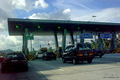 Jam at the DUKE toll  Tried to escape early from work today. Little did I realise that everyone was doing the same. Got caught out at the toll plaza coming back home. I did not have time to top up my 'Touch and Go'.