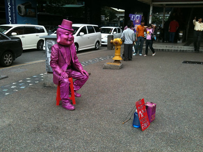 Street performer at Sg Wang. Previously in gold. Pink seems to be the colour for 2010.