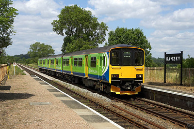 With no passengers alighting or boarding, 150005 passes through the 'request stop' of Danzey on 23/06/2006 whilst forming 2S70 1254 Stourbridge Junction-Stratford upon Avon.