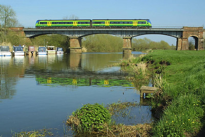 A Central Trains class 170 crosses the River Avon at Eckington Bridge on 09/04/2004 with 1V30 1310 Nottingham-Cardiff Central.