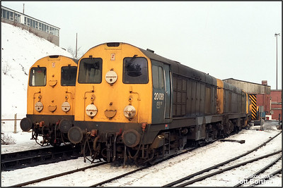 20081+20073, 20148+20132 with 20040 behind, rest between duties at Buxton TMD (BX) on 11/02/1986.