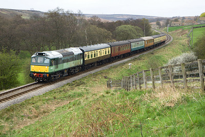 D7628 (25278) approaches the cutting at Abbot's House with 2G16 1435 Pickering-Grosmont on 20/04/2007.